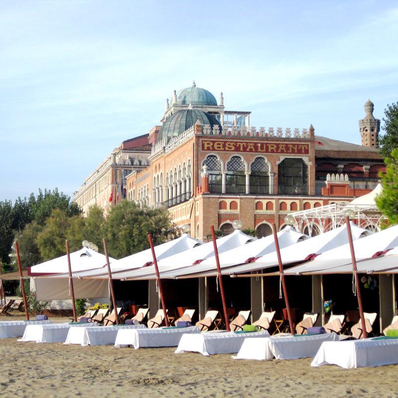 La spiaggia dell'Hotel Excelsior, iconico teatro della Dolce Vita del Festival del Cinema di Venezia.