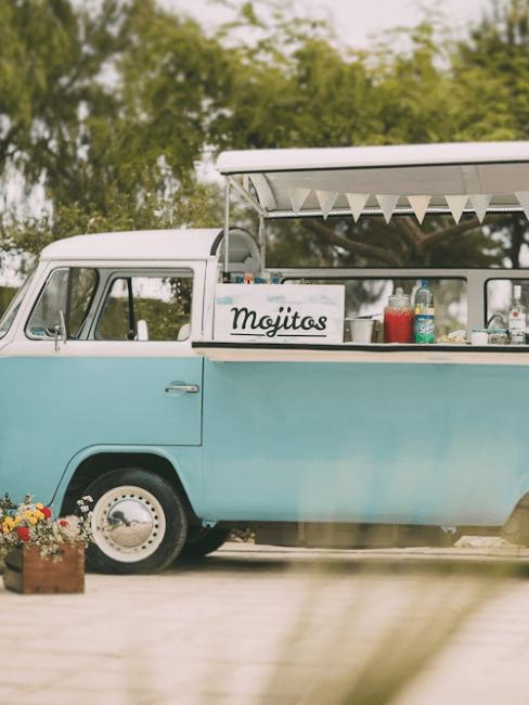 Mini van rétro bleu transformé en bar pour réceptions extérieures
