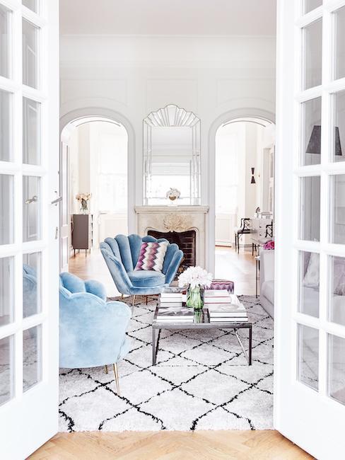 jasny salon z poduszkami Missoni na fotelach w formie muszli