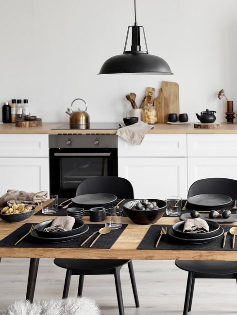 Kuchnia w stylu skandynawskim w biało - czarnej barwie