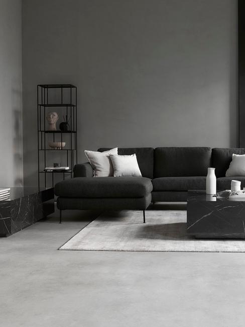 Minimalistyczny salon z czarnymi ścianami oraz meblami