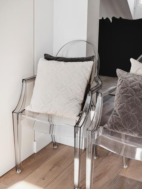 Zbliżenie na krzesła z plexi z poduszkami