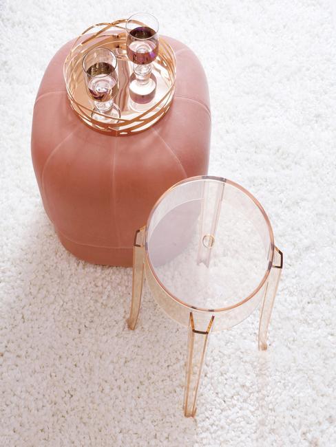 Aksamitny puf w łosiosiowym kolorze i stoliczek z plexi