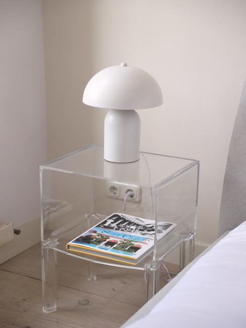 Stolik nocy z plexi w sypilani z białą lampą