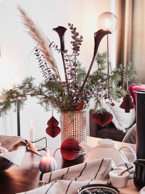 Close-up woonkamer tafel met bloemrijke winterdecoratie