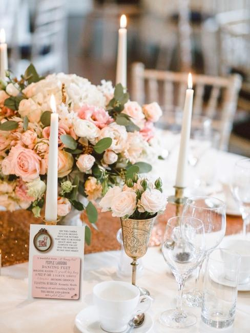 Udekorowany stół weselny z kartą menu