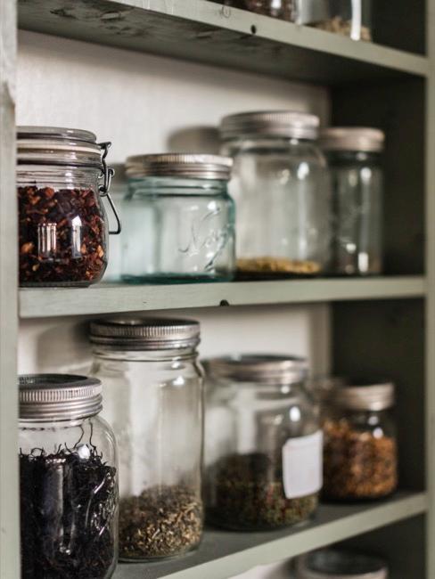 Nahaufnahme Küchenregal mit befüllten Gläsern