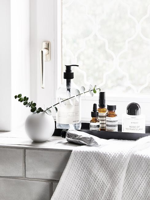 Kosmetyki i produkty pielęgnacyjne umieszczone na parapecie, jako prezent na Dzień Matki