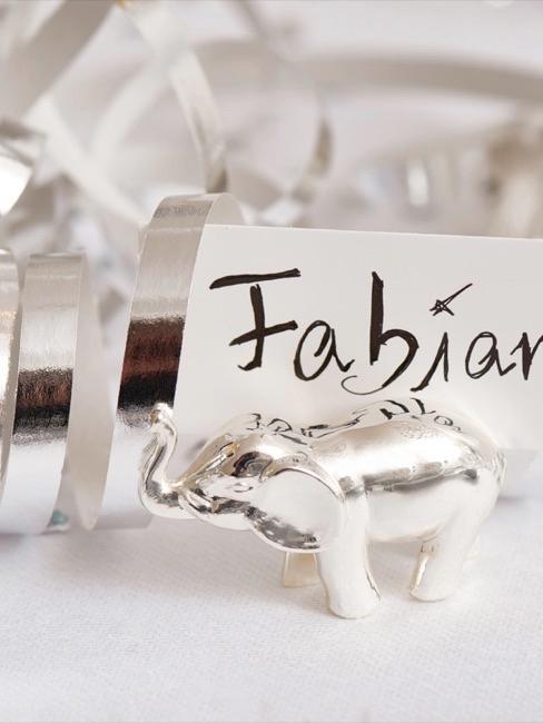 Plaatskaartje in een zilveren kaartjeshouder in de vorm van een olifant