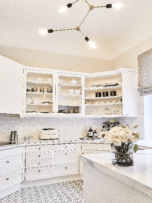 Weiße Wohnküche im Landhausstil