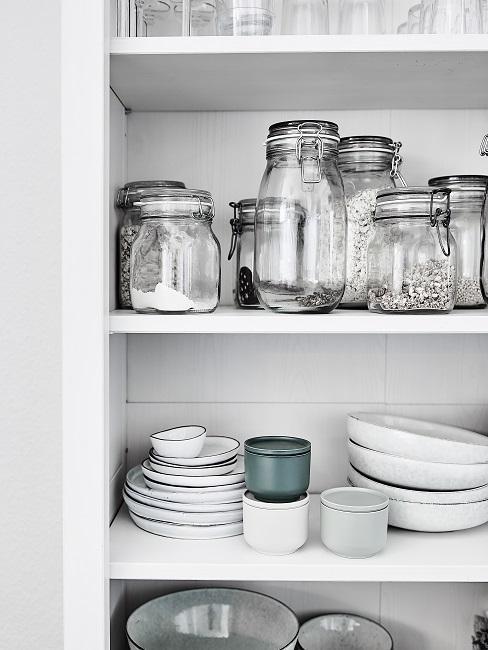 Speisekammer einrichten Einmachgläser und Teller