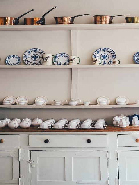Küche im Shabby Style mit nostalgischem Porzellan auf den Wandregalen über der Anrichte