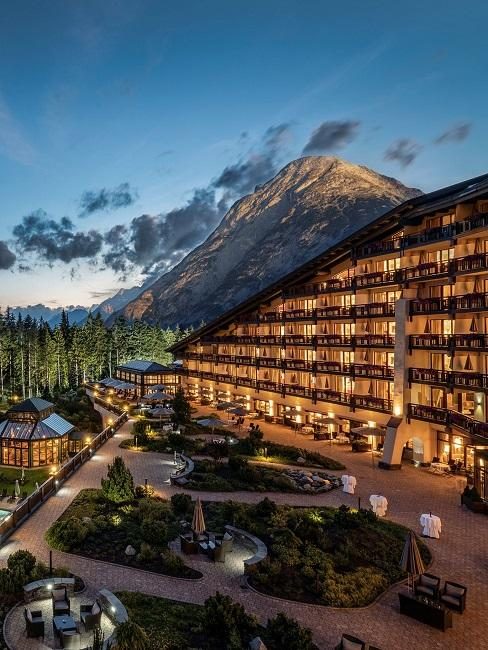 Interalpen Hotel Tyrol Außenansicht Nacht