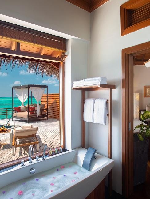Baros Maldiven Hotelzimmer Badewanne Ausblick