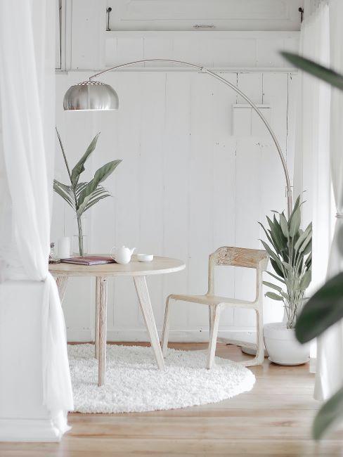 lampe a arc, chambre blanche avec tapis rond blanc, une table ronde et une chaise en bois peint en blanc aspect use, rideau separatur blanc transparent