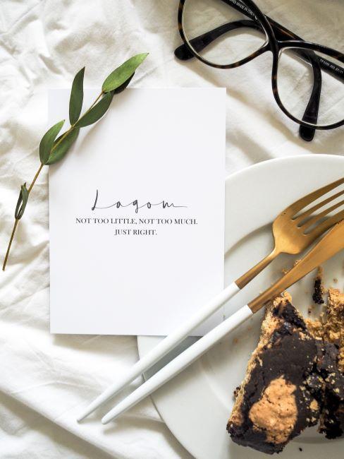 carte Lagom, assiette, couverts dores et gateau