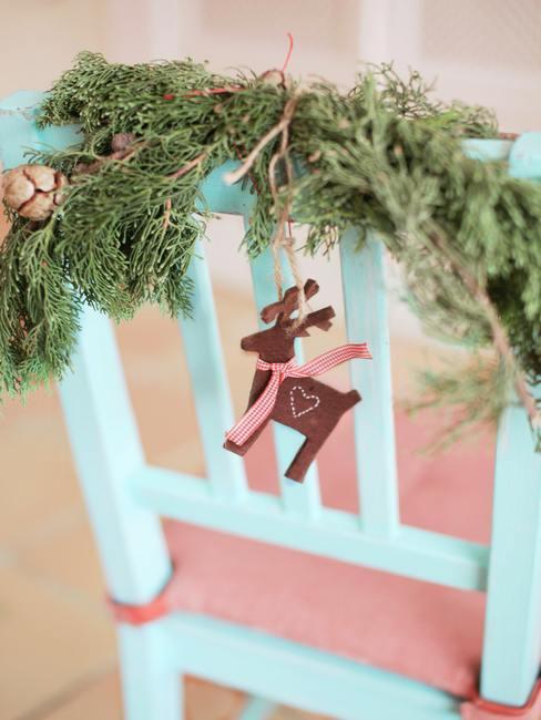 Kerstdecoratie met vers gesneden takken van thuja en klein decoratief object.