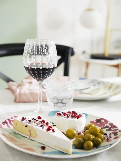 kaasplankje met glas rode wijn