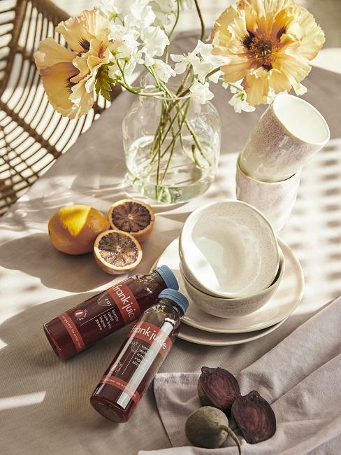 cadeau schoonmoeder tafelaankleding met servies en smoothies