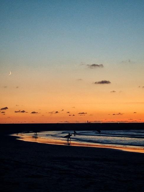 Strand bij zonsondergang