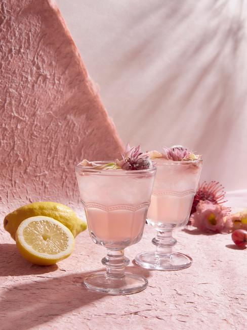 Oud roze glazen met zomersdrankje