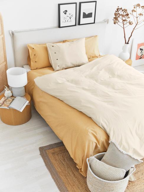 Slaapkamer met bokspring en creme beddengoed