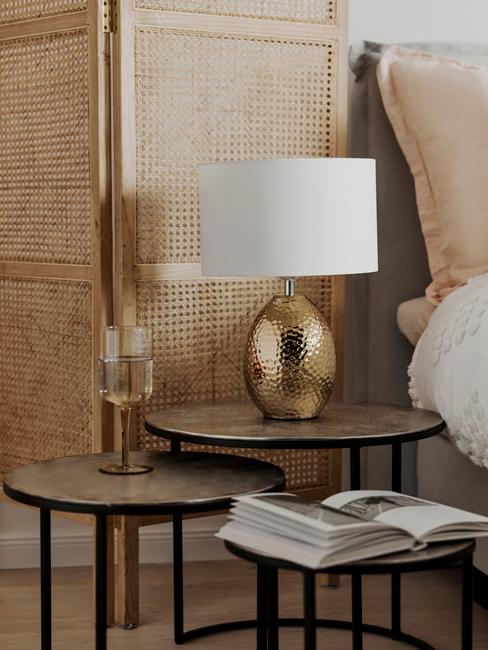 ASMR slaapkamer glam boho stijl close up nachtkastje met lamp