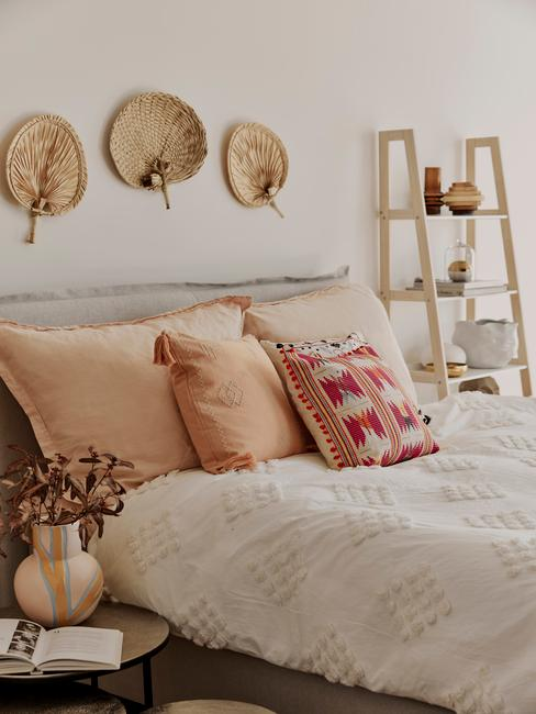 Slaapkamer glam boho stijl bed met beddengoed