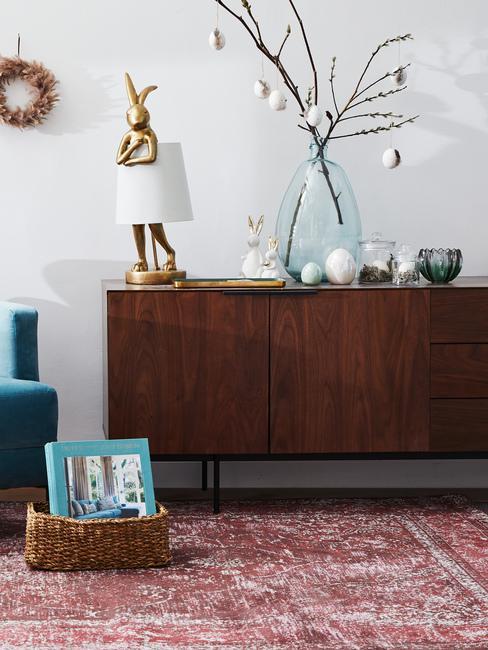 Ciemnobrązowa komoda w salonie z wielkanocnymi dekoracjami