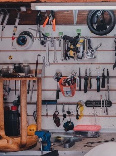 Kącik do majsterkowania w garażu
