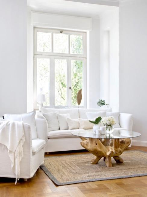 Biały salon z drewnianym stołem