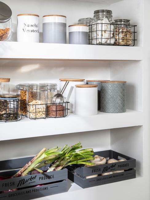 Fragment białej szafki w kuchni przeznaczonej na spiżarkę z pojemnikami do przechowywania