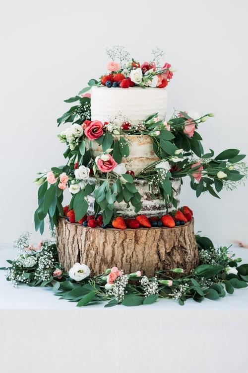 Tort weselny w stylu rustykalnym na patarze z pieńka