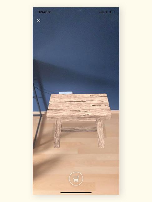 Screen z aplikacji z rozszerzoną rzeczywistością z drewnianym stołkiem