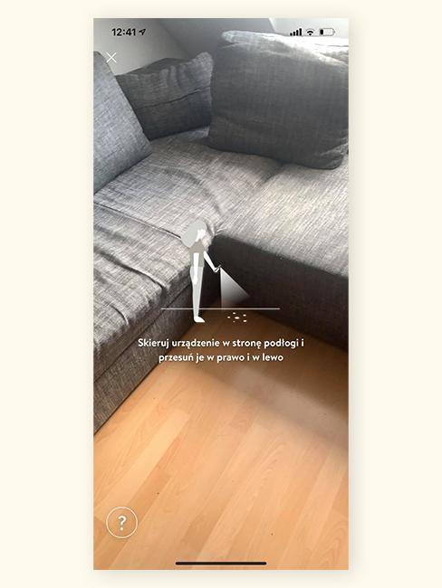 Zdjęcie pokoju z szarą, narożną kanapą