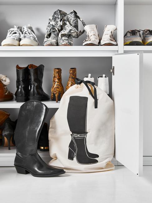 Zbliżenie na półkę z butami w garderobie