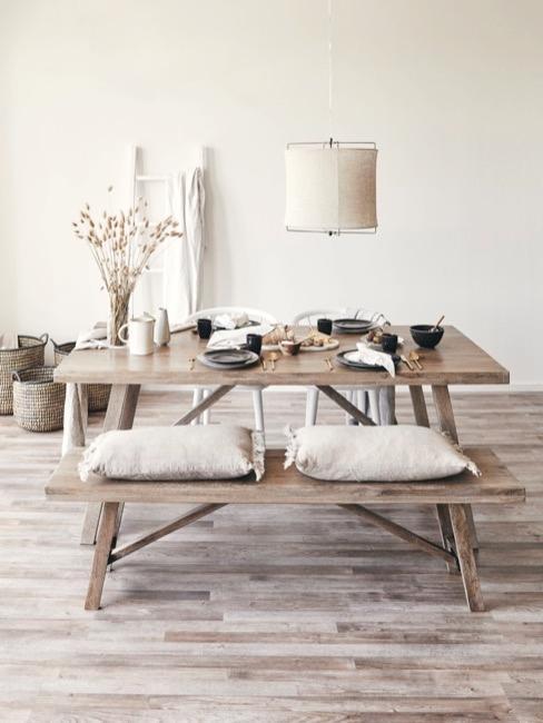 Mesa de comedor con un banco con cojines