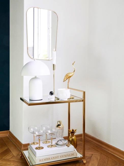 Carrellino dorato con bicchieri ed elementi bianchi classici