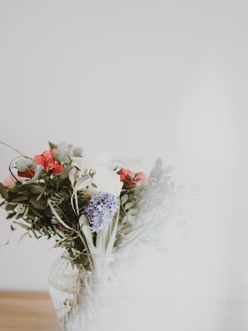 Ramo de flores sobre mesa de madera