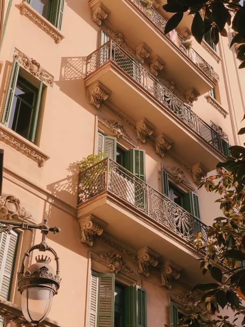 Fachada de casa de ciudad antigua de color marrón claro con balcones