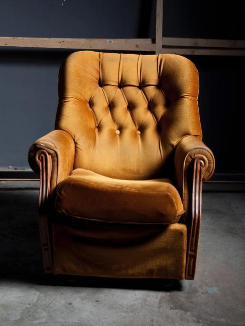Sillón marrón de tela de estilo antiguo