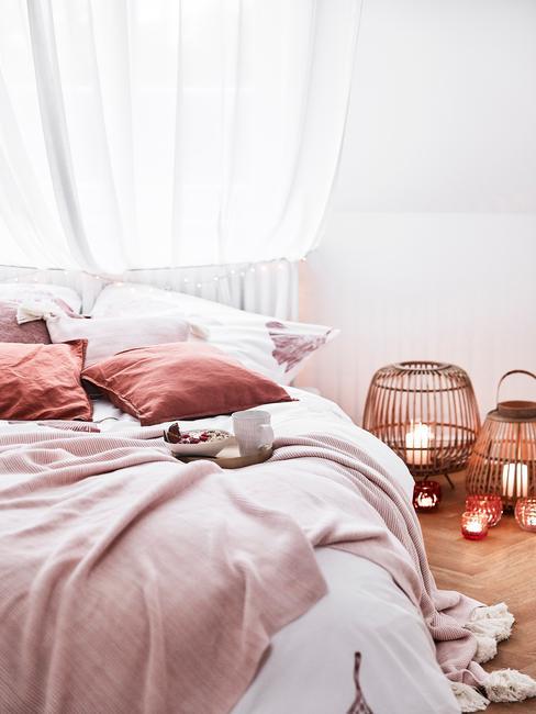 Fundas nórdicas de color blanco con mantas y cojines en tonos rosas