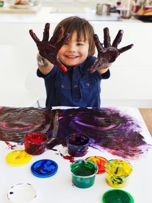 Niño en casa jugando con colores
