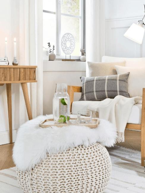 soggiorno stile nordico con pouf intrecciato