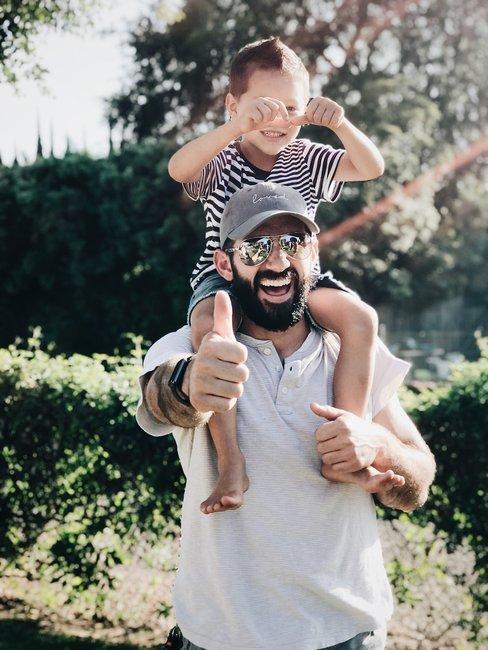 papà con bambino sulle spalle