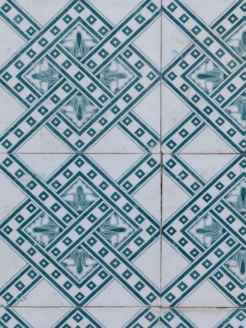 primo piano di piastrelle mosaico bianche e azzurre