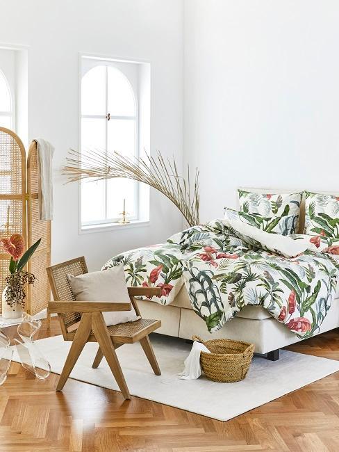 Biała sypialnia w styli boho z fotelem, parawanem oraz łożkiem