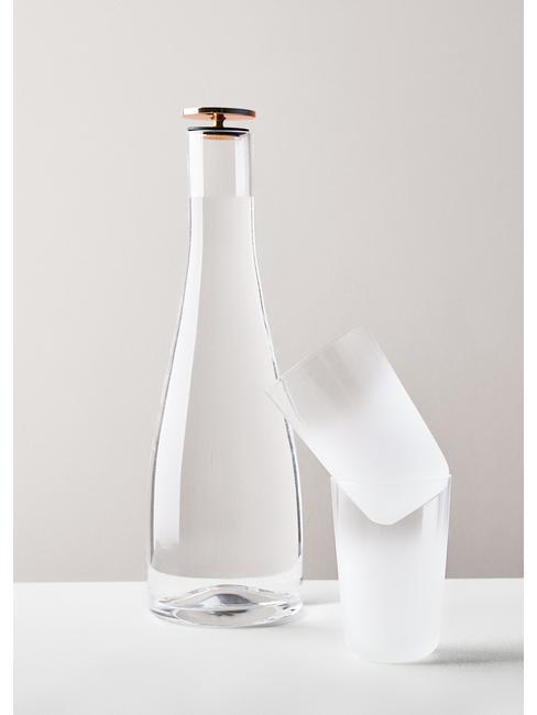 Szklana butelka oraz dwie szklanki