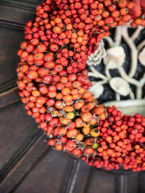 Jesienny wianek na drzwiach z głogu i jarzębiny