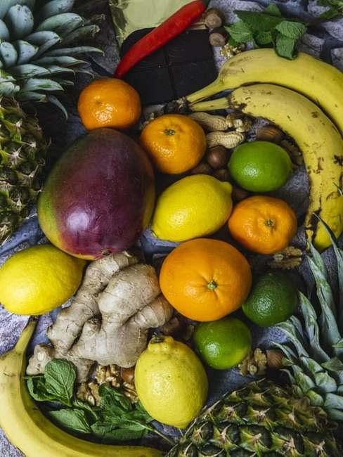 Owoce ułożone na blacie